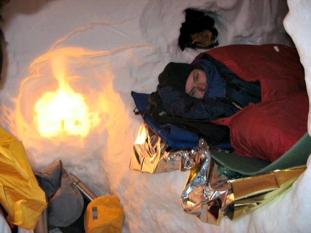 Outdoor Übernachtung Schneehöhle Iglu