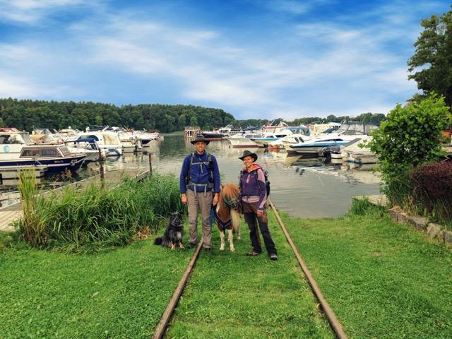 Mit Pferd am Yachthafen Priepert