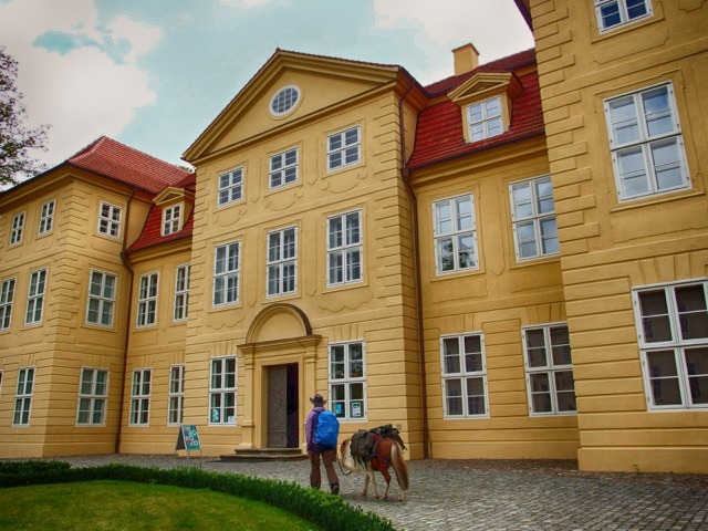 Schloss Mirow mit Pony